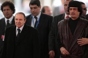 القذافي حاول اﻷتصال و بوتفليقة رفض الرد علىه
