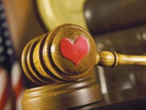 قاضي أمريكي يحكم على رجل بالخروج مع زوجته في لقاء رومانسي