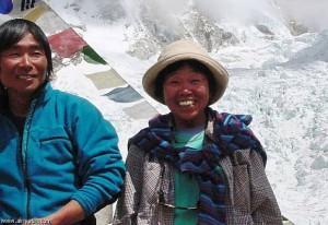 يابانية تجاوزت السبعين تتسلق أعلي جبل في العالم