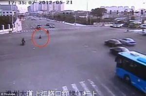 طفل صيني يخاطر بحياته لرؤية أمه