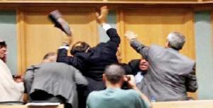تراشق باﻷحذية ومشادات كلامية بين نواب في البرلمان اﻷردني