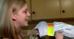 فتاة كندية تصمم فستان حفلة تخرجها من أوراق دفتر واجباتها المنزلية