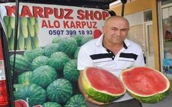 بائع تركي يقدم خدمة توصيل البطيخ المبرد للمنازل