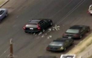عصابة تسرق بنك وترمي اﻷموال في الهواء للهروب من الشرطة