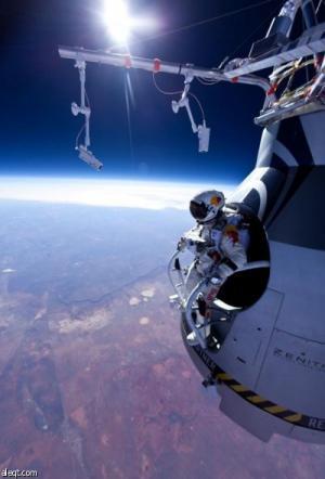 مغامر يقفز بمظلة من أرتفاع يقارب 39 ألف متر