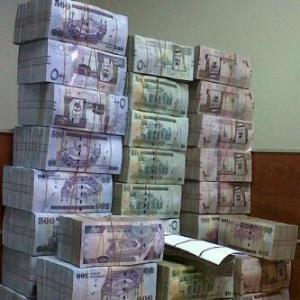 تجار مخدرات سعودي يقدم رشوة بمليوني ريال وسيارة فارهة لإطلاق سراحه