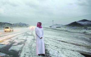 الثلوج تغطي مدينة سعودية وتحولها إلي اللون الأبيض
