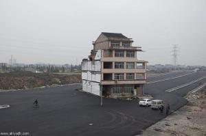 الصين: إزالة منزل مشيد في وسط طريق سريع