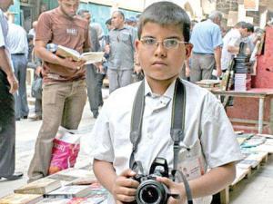 طفل عراقي يسعي لدخول موسوعة غينيس كأصغر مصور في العالم