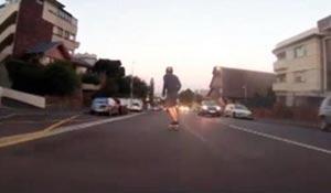 الشرطة تلقي القبض علي شاب ألتقطه الرادار تجاوز السرعة المحدده للسيارات بلوح تزلج