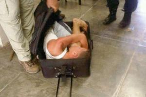 إحباط محاولة مسجون للهروب من السجن في حقيبة صديقته