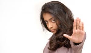 كويتية تعاقب ابنة زوجها بنشر صورها على الإنترنت