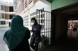 الإمارات : سجن معلمة بريطانية بسبب وجبة طعام