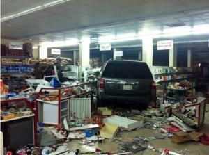 سعودي يقتحم محل تجاري بسيارته
