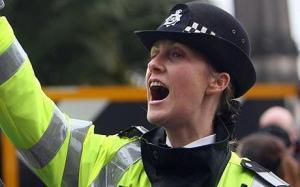 شرطية بريطانية ترفع دعوة قضائية علي رجل طلب النجدة