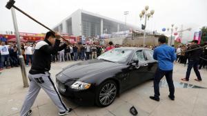 صيني يستأجر مجموعة من الرجال لتحطيم سيارته الفارهة