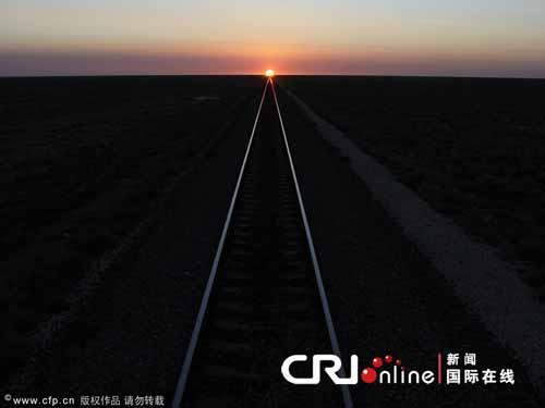 الشمس تغرب فى نهاية أطول سكة حديدية فى العالم
