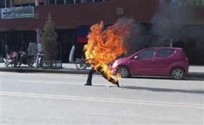 أسير فلسطيني محرر يشعل النار في نفسه إحتجاجاً على إهماله