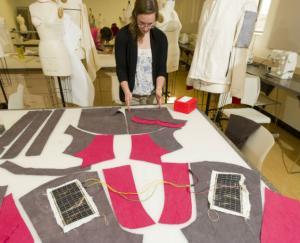 تقنية ألمانية جديدة لدمج الخلايا الشمسية في الملابس واﻷقمشة