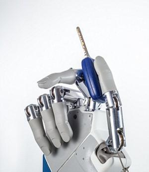 باحثون يقوموا بثورة تكنولوجيا بإنتاج أول يد قادرة علي الإحساس واللمس