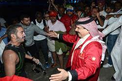 البحرين : نجل الملك يسبح من شواطئ السعودية إلى بلاده