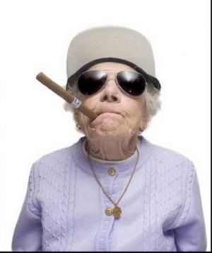 أمريكا : سيدة مسنة ثمانينية تتخلي عن منزلها لتستمر في التدخين