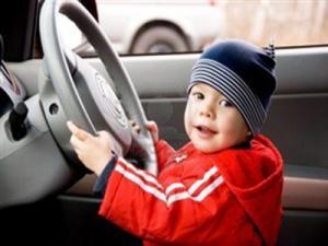 ألمانيا : طفل فى الثانية من عمره يقود سيارة والده