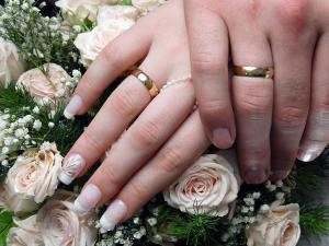 بريطانيا : معلمة تتزوج من تلميذها الذي يصغرها بـ14عاما وتنجب منه