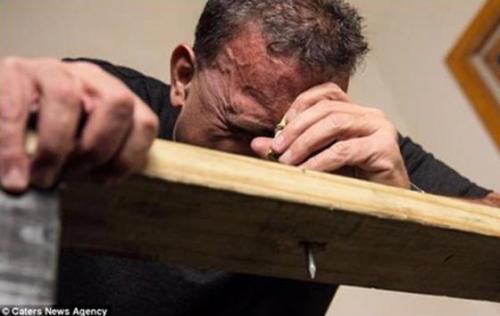 أمريكي يستخدم رأسه كمطرقة لتثبت المسامير وكسر اﻷبواب