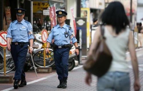 اليابان : الشرطة تعتقل أم لضربتها طفلتها في الطريق العام