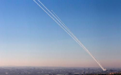 إسرائيل : هروب عريس وعروسة والمدعوين عقب سقوط صواريخ علي حفل زواج
