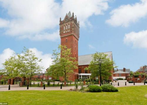 بريطانيا : عرض بيع برج تاريخي بعد تجديده وتحويله إلي شقة فاخرة