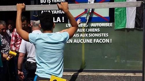 مقهى ببلجيكا يرفع لافتة مسموح دخول الكلاب وممنوع دخول اليهود