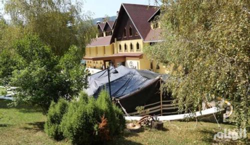 تركيا : رجل أعمال سعودي ينصب خيمته بحديقة أحد الفنادق