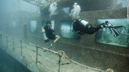 الجيش اﻷمريكي يحول أحدي سفنه العسكرية إلي معرض للأشباح تحت الماء