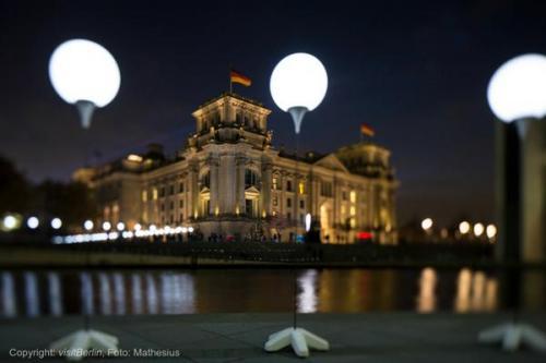 ألمانيا تحتفل بالذكري الـ25 لسقوط جدار برلين وأخر رئيس سوفيتي يحذر من حرب باردة جديدة