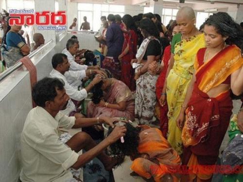 الهند : رجال ونساء يحلقوا رؤسهم لجمع أكثر من 500 طن من الشعر كقربان لإله