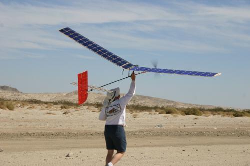 أستراليا : شاب سعودي يخترع طائرة قادرة علي الطيران لمدة أسبوع بلا توقف