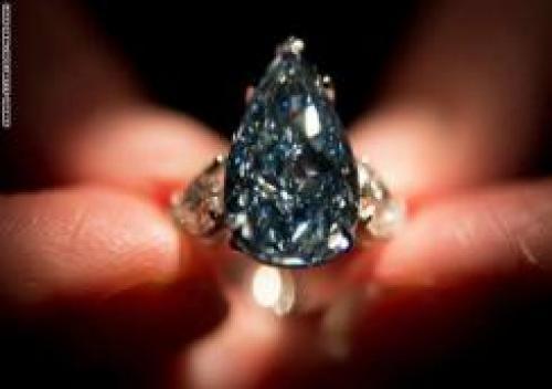 بيع أغلي ماسة زرقاء في العالم بـ32 مليون دولار