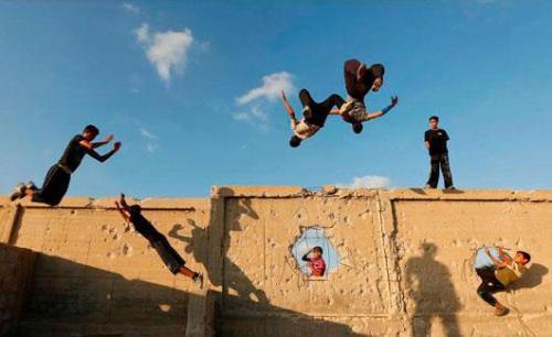 فلسطين : حملة رياضية لممارسة الباركور علي اﻷنقاض لتحدي الدمار ولنشر الأمل