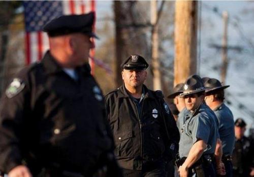 أمريكا : البيت اﻷبيض يقرر تزويد ملابس رجال الشرطة بكاميرات