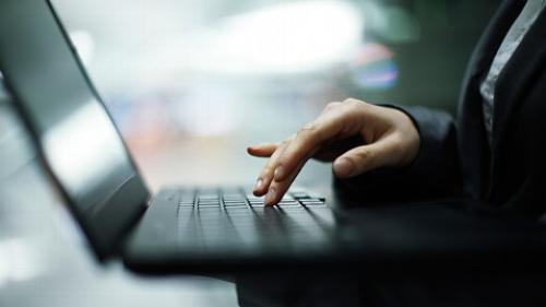 دراسة : تكرار فتح البريد اﻷلكتروني أثناء العمل يسبب القلق والأكتئاب