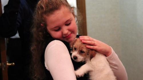 الرئيس الروسي يحقق أمنية طفلة ويقدم لها كلب كهدية