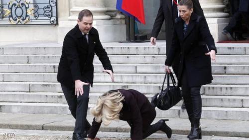 سقوط رئيسة وزراء الدنمارك أمام قصر الإليزيه أثناء خروجها للمشاركة في المظاهرات بفرنسا