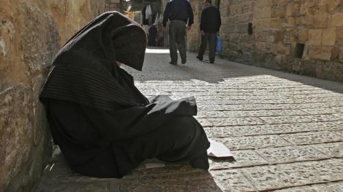 سيدة سعودية تعمل معلمة بالنهار وتتحول في المساء إلي متسولة