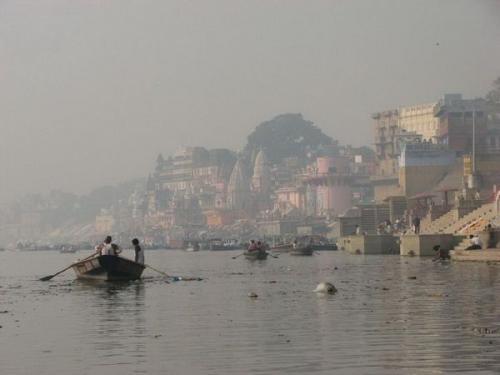 العثور علي عشرات الجثث طافية علي سطح أقدس نهر في الهند