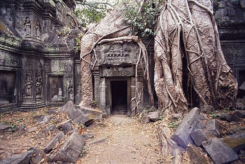 ترحيل 3 سياح فرنسيين بسبب التقاط صور مخلة في معبد كمبودي