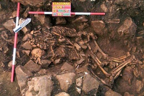 اليونان : أكتشاف جثتين متعانقتين منذ أكثر من 3000 سنة قبل الميلاد