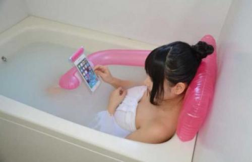 تصميم وسادة لحمل الهاتف الذكي في الحمام