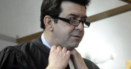 فرنسا : أستاذ جامعي يخلع ملابسه إحتجاجاً علي وجود طالبة محجبة